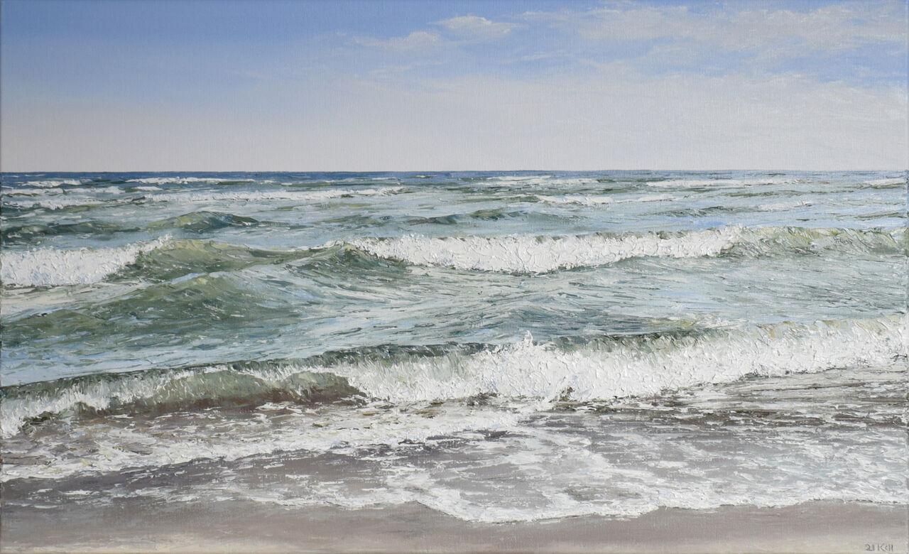kabbelig auflaufende Wellen am Strand.